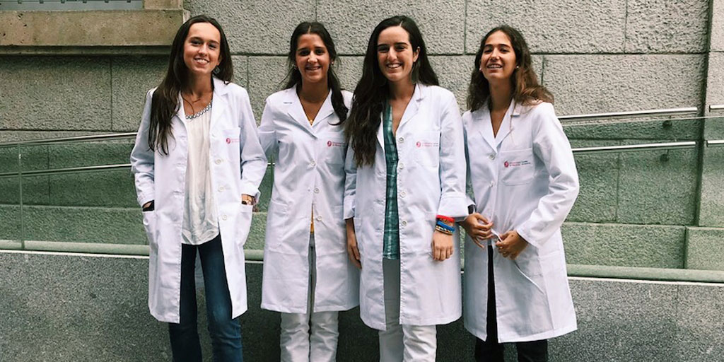 Jimena y sus amigas posan sonrientes en la facultad de Medicina
